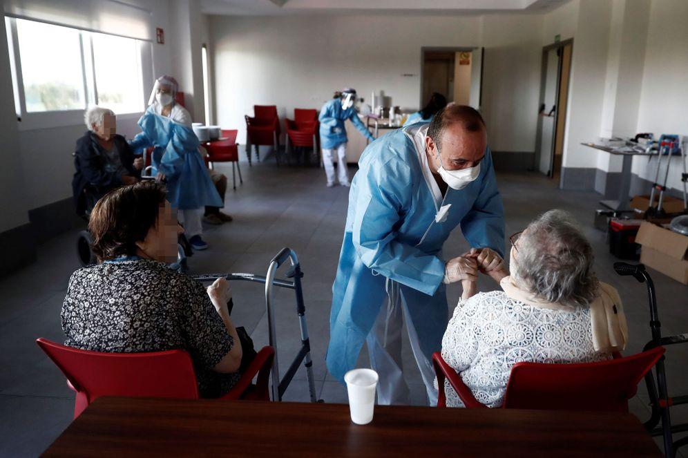 Foto: Labores de desinfección de una residencia de mayores en Villaverde. (EFE)