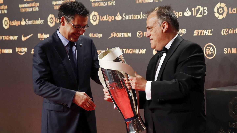 Josep María Bartomeu, ex presidente del FC Barcelona, y Javier Tebas, presidente de LaLiga, en una gala de la patronal del fútbol español. (EFE)