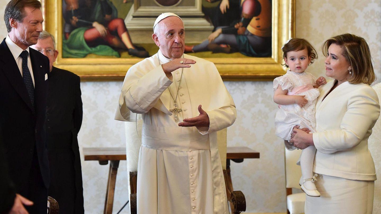 Los grandes duques, junto al papa Francisco. En brazos de María Teresa, la princesa Amalia. (EFE)