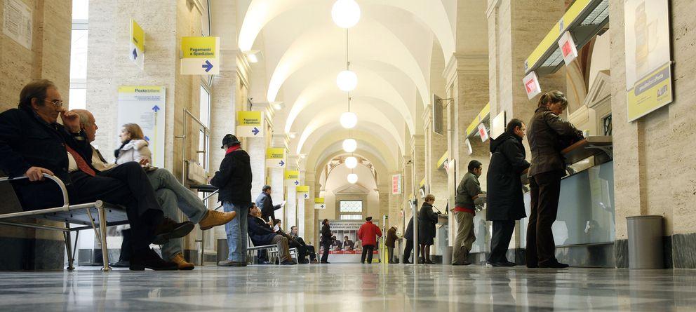 Foto: Ciudadanos aguardan su turno en una oficina de correos de Roma, en una imagen de archivo. (Reuters)