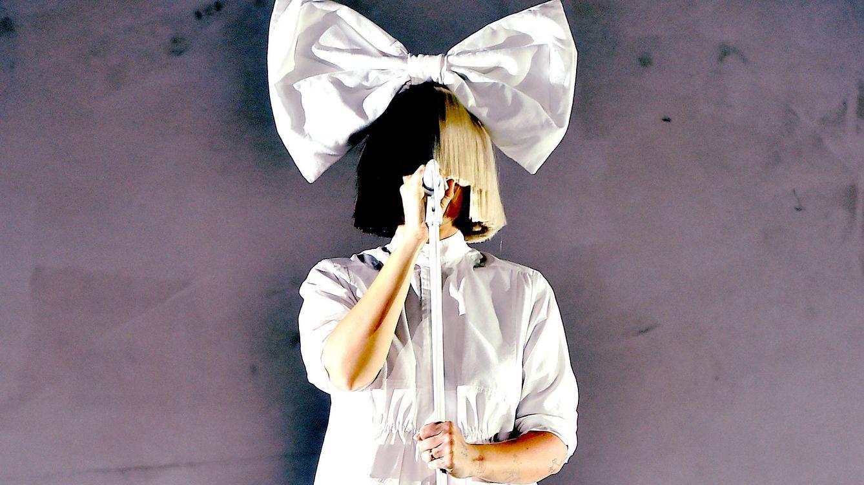La cantante Sia ha confesado que es abuela de gemelos a los 44 años