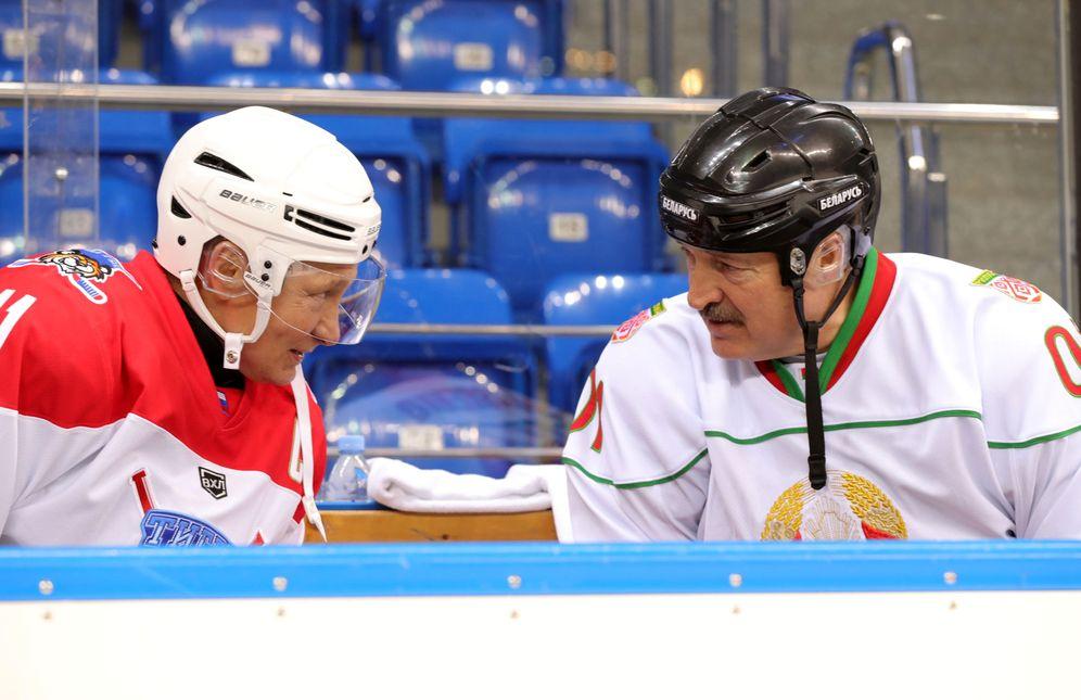 Foto: Putin y el presidente de Bielorrusia Lukashenko hablan durante un partido de hockey en Sochi. (Reuters)