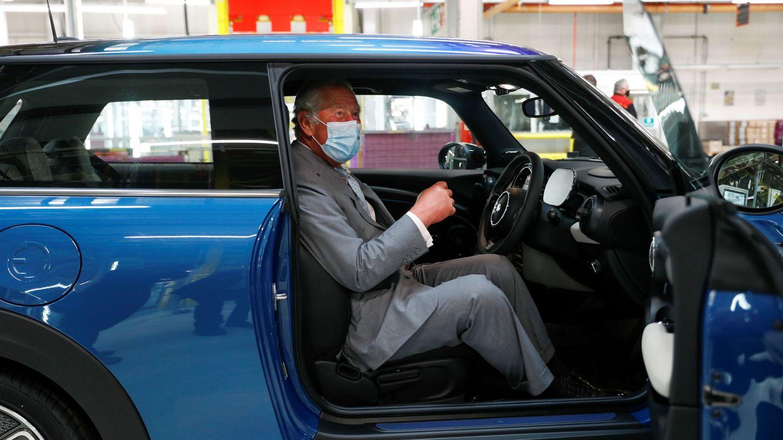 El príncipe Carlos, en la fábrica de Mini. (Reuters)