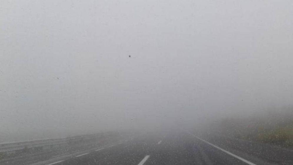 Foto: Tramo de la autovía A-8 con niebla. (EFE)