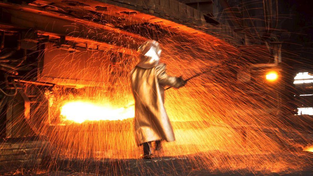 Foto: Foto de archivo de un trabajador de una acerería. (Reuters)