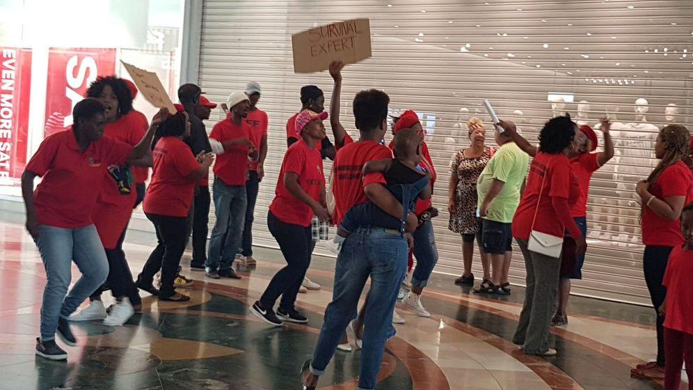 Foto: Varias personas protestan en una tienda de H&M en Ciudad del Cabo. (Reuters)