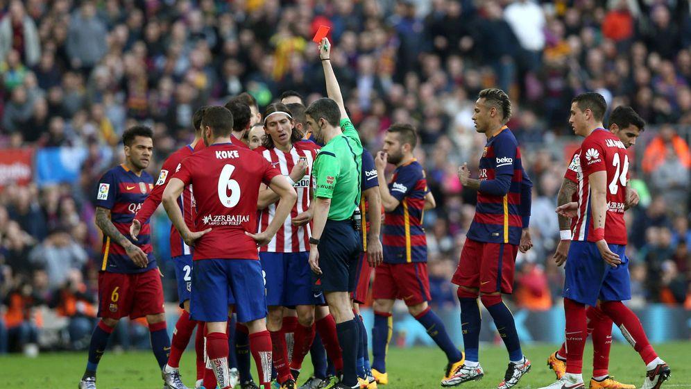 Foto: Momento en el que el colegiado le muestra la tarjeta roja a Filipe Luis ante el Barça (Efe).