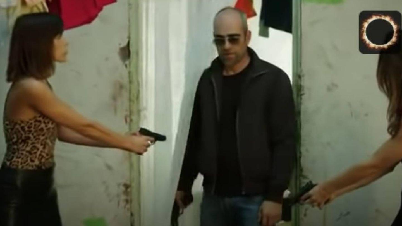 Captura del videoclip con Tosar y Mayol. (YouTube)