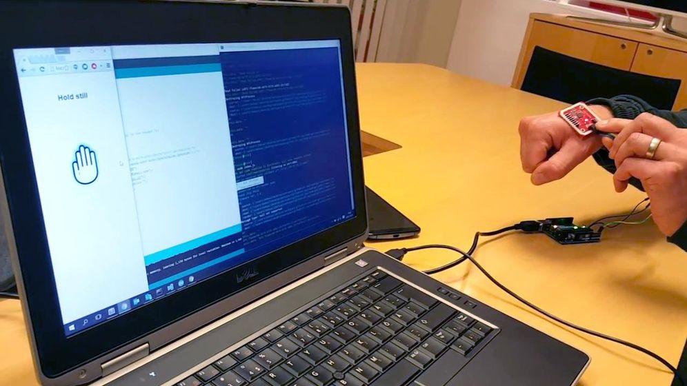 Foto: Demostración de pago con Bitcoin y NFC en la mano (Captura: Biopay Dev)