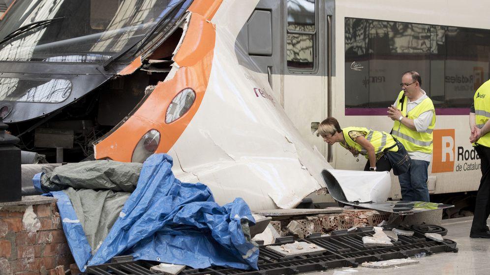 Foto: Técnicos de Renfe evalúan los daños producidos en el tren de cercanías. (EFE)