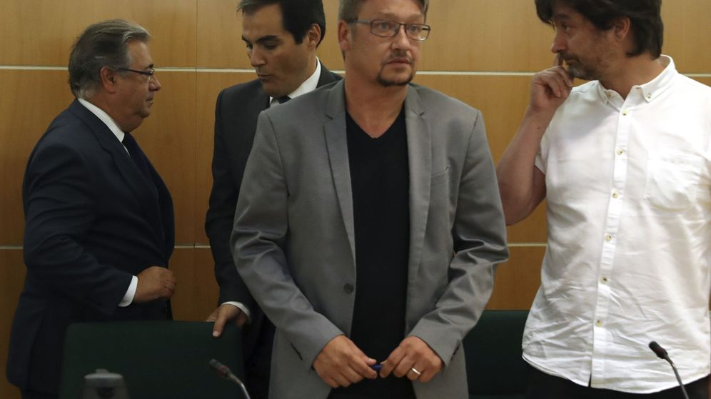 Foto: El ministro del Interior, Juan Ignacio Zoido (i), conversa con el secretario de Estado de Seguridad, José Antonio Nieto (2i), junto a Xavier Domènech (2d), de En Comú Podem, y Rafa Mayoral (d), de Podemos. (EFE)