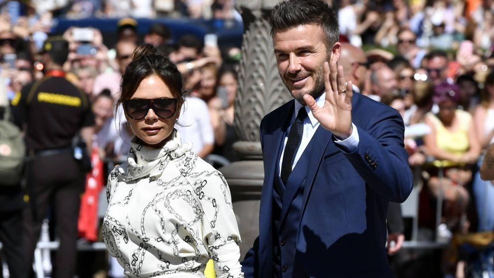 Victoria Beckham rompe todos los protocolos y se planta de blanco en la boda