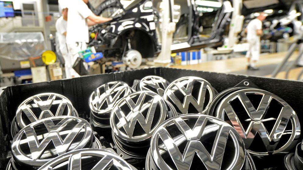 Foto: Emblemas de Volkswagen en la planta de Wolfsburgo. (Reuters)