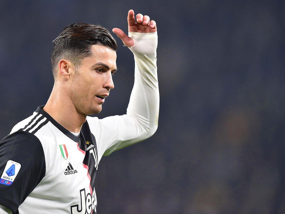 Foto: Cristiano Ronaldo hace un gesto de desaprobación en el momento de ser sustituido por Maurizio Sarri. (Efe)