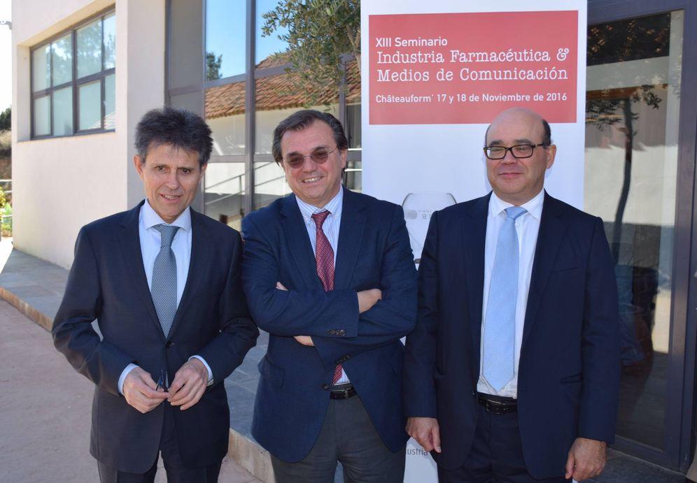 Foto: De izquierda a derecha, el director general de Farmaindustria, Humberto Arnés, junto al presidente, Jesús Acebillo, y el subdirector, Javier Urzay. (Foto: Farmaindustria)
