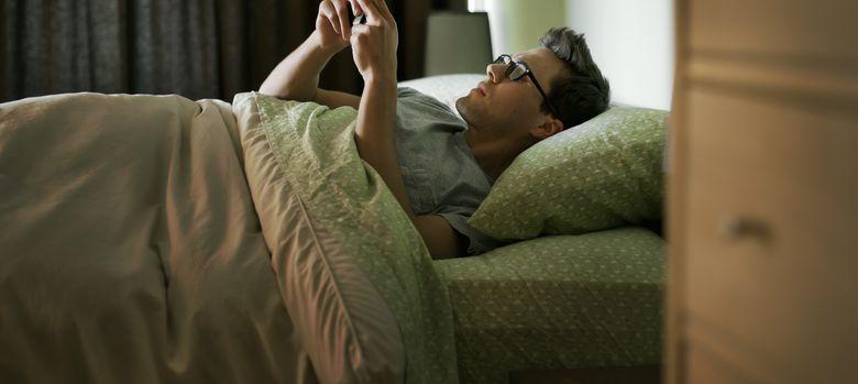 Foto: Cada vez es más frecuente que el uso de dispositivos móviles nos reste horas de sueño. (Corbis)