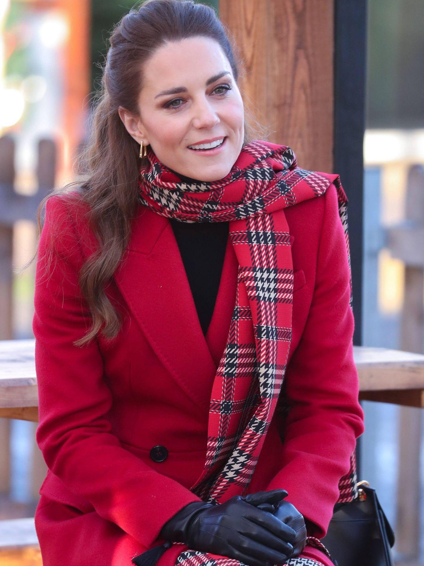 La duquesa de Cambridge, con su abrigo rojo de Alexander McQueen. (CP)