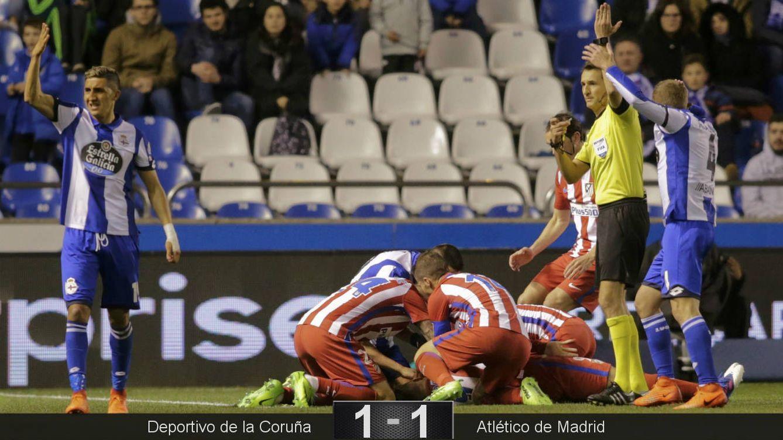 Foto: Momento en que los jugadores intentan atender a Torres justo después de su caída (Miguel Vidal/Reuters).