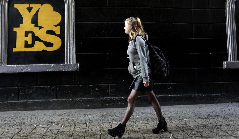 Foto: Un cartel a favor del sí en el referéndum en la calle Dame de Dublín, Irlanda (Reuters).