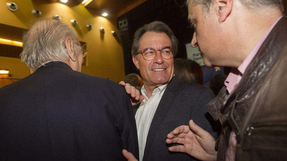 Foto:  El expresidente de la Generalitat, Artur Mas (c), se saluda con el exconseller de Justicia, Germà Gordó (d). (EFE)