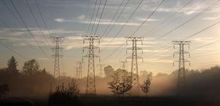 Post de La CNMC desoye a las eléctricas y recortará un 15% la tasa de retribución a la red