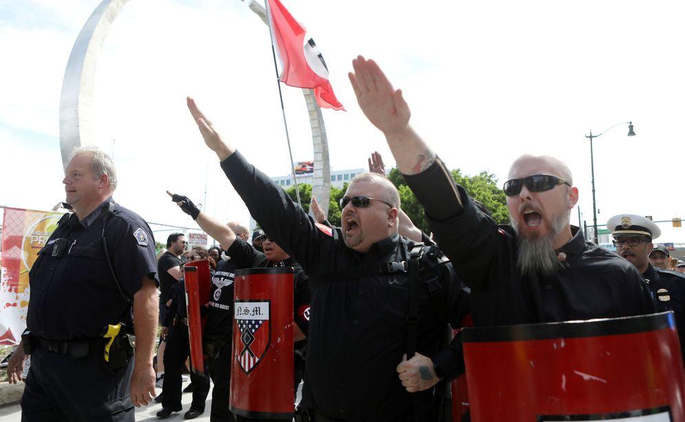 Foto: Miembros del Movimiento Nacional Socialista realizan el saludo nazi y protestan ante el colectivo LGTBI que celebraba en Detroit el desfile del orgullo gay. (Reuters)