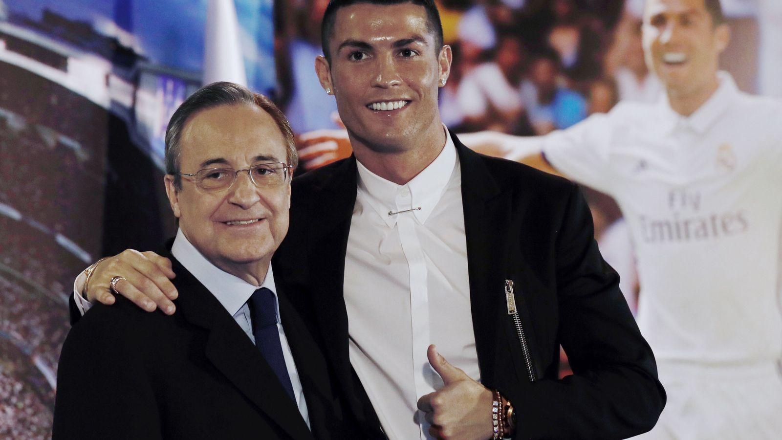 Foto:  El delantero portugués del Real Madrid Cristiano Ronaldo, acompañado por el presidente del club, Florentino Pérez. (EFE)