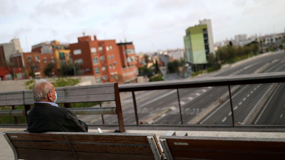 Foto: Un hombre con mascarilla frente a Avenida Meridiana de Barcelona. (Reuters)