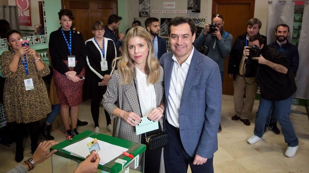 Foto: Juanma Moreno y su esposa, Manuela Villena, votando. (EFE)