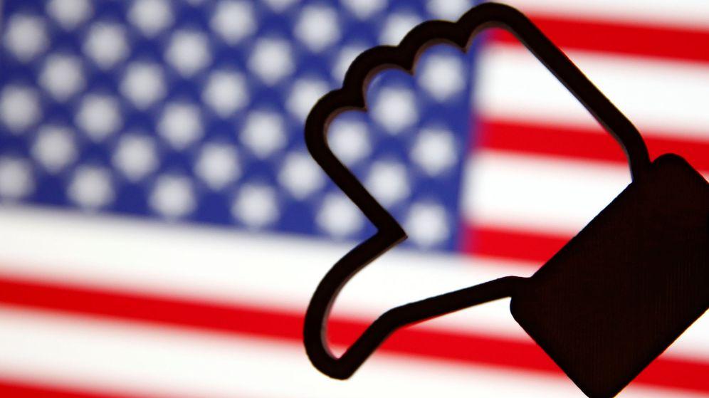 Foto: Un 'like' de Facebook impreso sobre una bandera estadounidense (Dado Ruvic / Reuters)