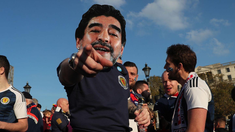 Aficionados escoceses portando una careta de Maradona. (Reuters)