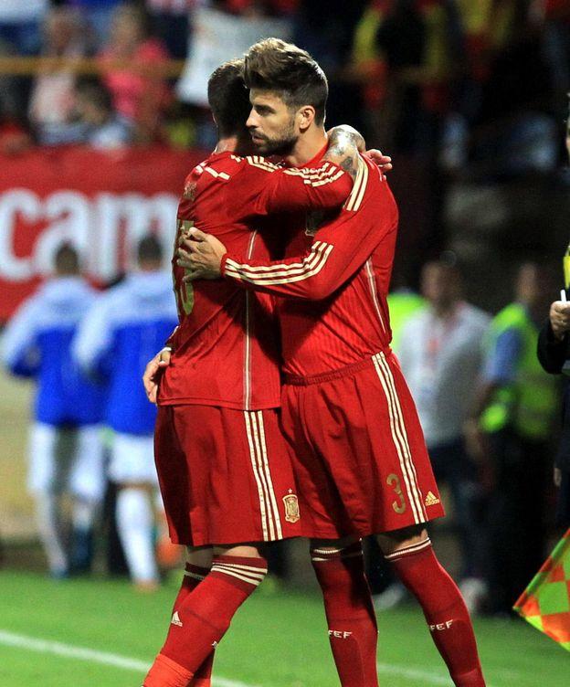 Foto: Piqué y Sergio Ramos se abrazan antes de realizar el cambio.