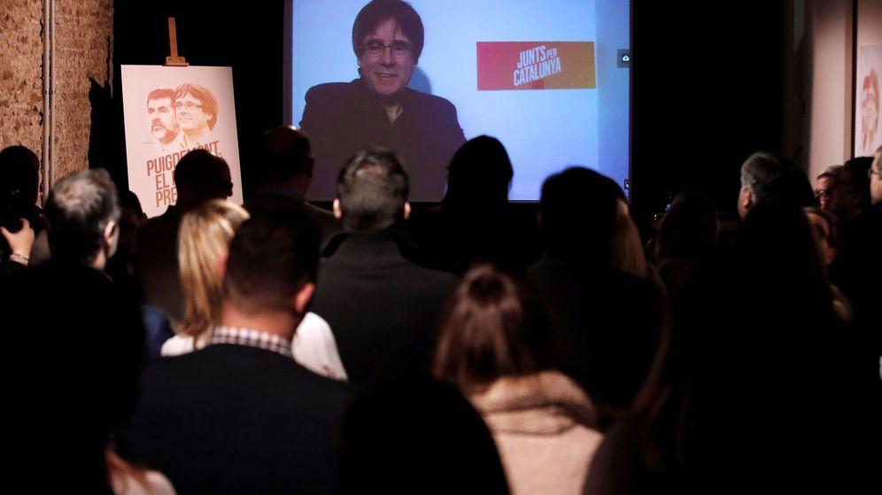 Foto: Videoconferencia de Carles Puigdemont desde Bruselas con otros candidatos y seguidores. (EFE)