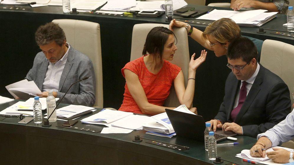 Foto: La portavoz del Ayuntamiento de Madrid, Rita Maestre (c), conversa con la portavoz socialista, Purificación Causapié, y el concejal Sánchez Mato. (EFE)
