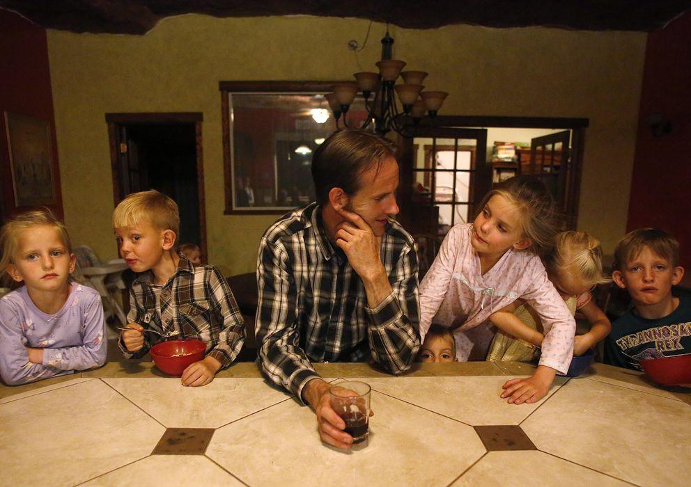 Foto: Enoch Foster, un fundamentalista mormón polígamo, visita a varios de sus 13 hijos en su casa de la comunidad Rockland Ranch, en Utah. (Reuters)