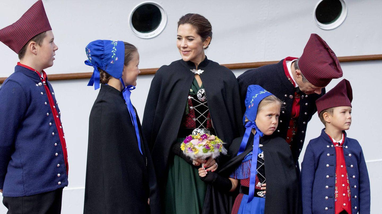 Los príncipes herederos de Dinamarca y sus cuatro hijos. (CP)