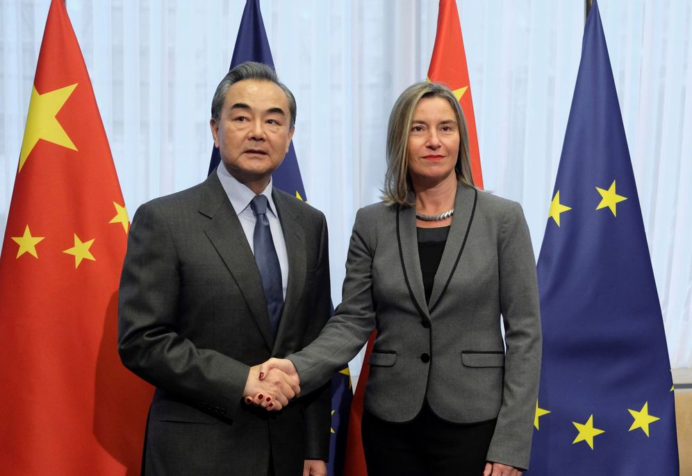 Foto: La jefa de la diplomacia europea, Federica Mogherini (dcha), recibe al ministro de Exteriores chino, Wang Yi (izq). (EFE)