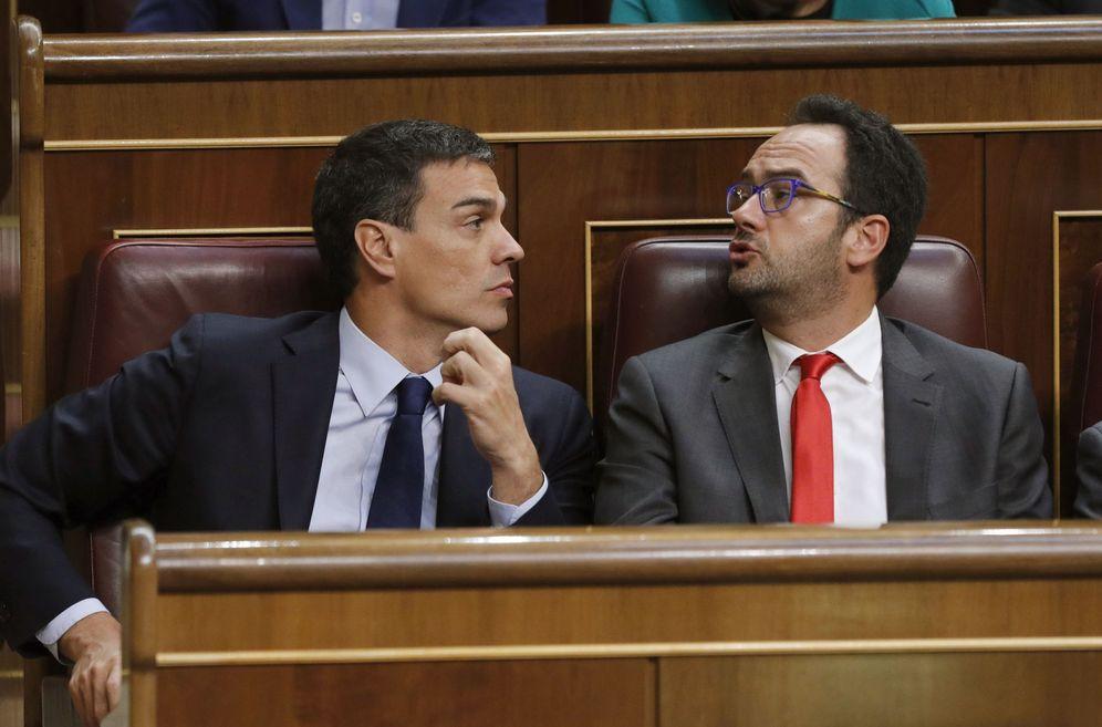 Foto: Pedro Sánchez y su portavoz parlamentario, Antonio Hernando, el pasado 19 de julio en la sesión constitutiva del Congreso de la XII Legislatura. (EFE)