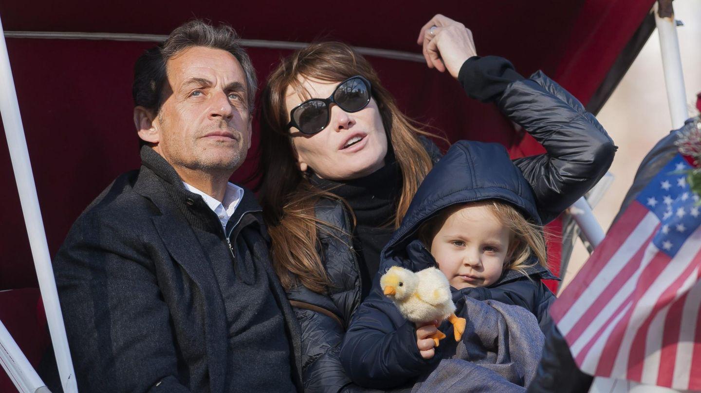 El matrimonio Bruni-Sarkozy, junto a su hija Giulia en un viaje a Nueva York (Cordon Press)