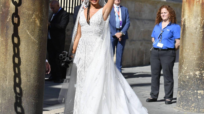 Pilar Rubio a la entrada a la catedral de Sevilla. (Cordon Press)