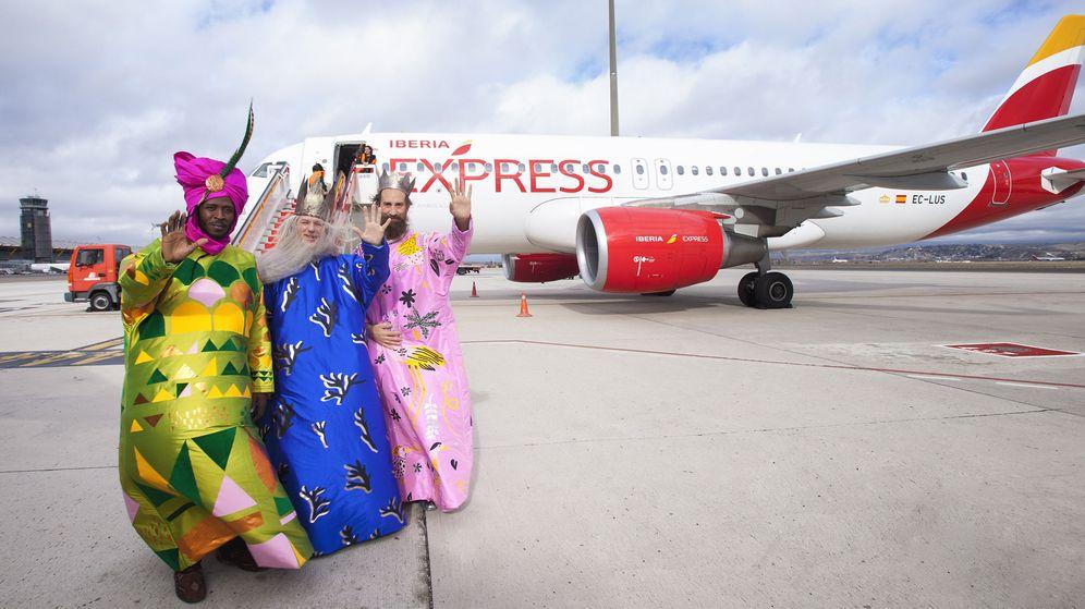 Foto: Fotografía facilitada por el Ayuntamiento de Madrid de los reyes magos a su llegada al aeropuerto Adolfo Suárez Madrid-Barajas. (EFE)