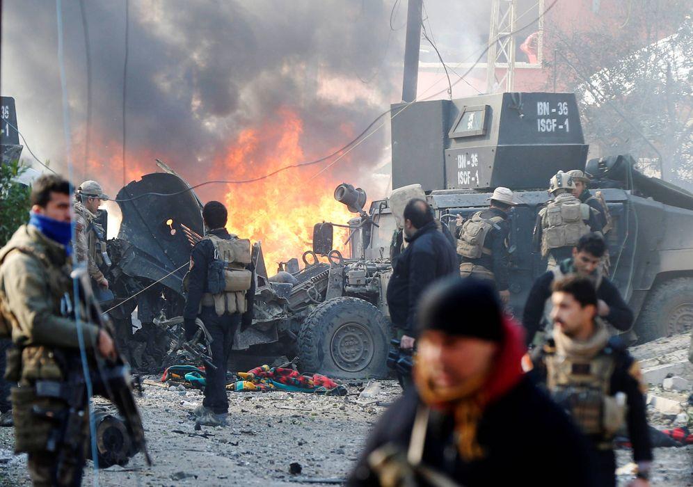 Foto: Fuerzas Especiales Iraquíes tras una explosión durante una operación en Mosul, Irak (Reuters).