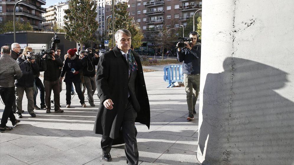 Foto: Agustín Martínez, abogado de tres de los cinco acusados, accede al Palacio de Justicia tras hacer declaraciones a los medios. (EFE)