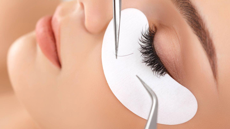 Igual que las extensiones de cejas, las extensiones de pestañas se aplican pelo a pelo. (Sundara)