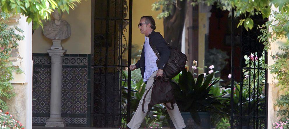 Foto: Alfonso Díez saliendo del Palacio de las Dueñas con unas maletas, en una imagen de archivo (Gtres)