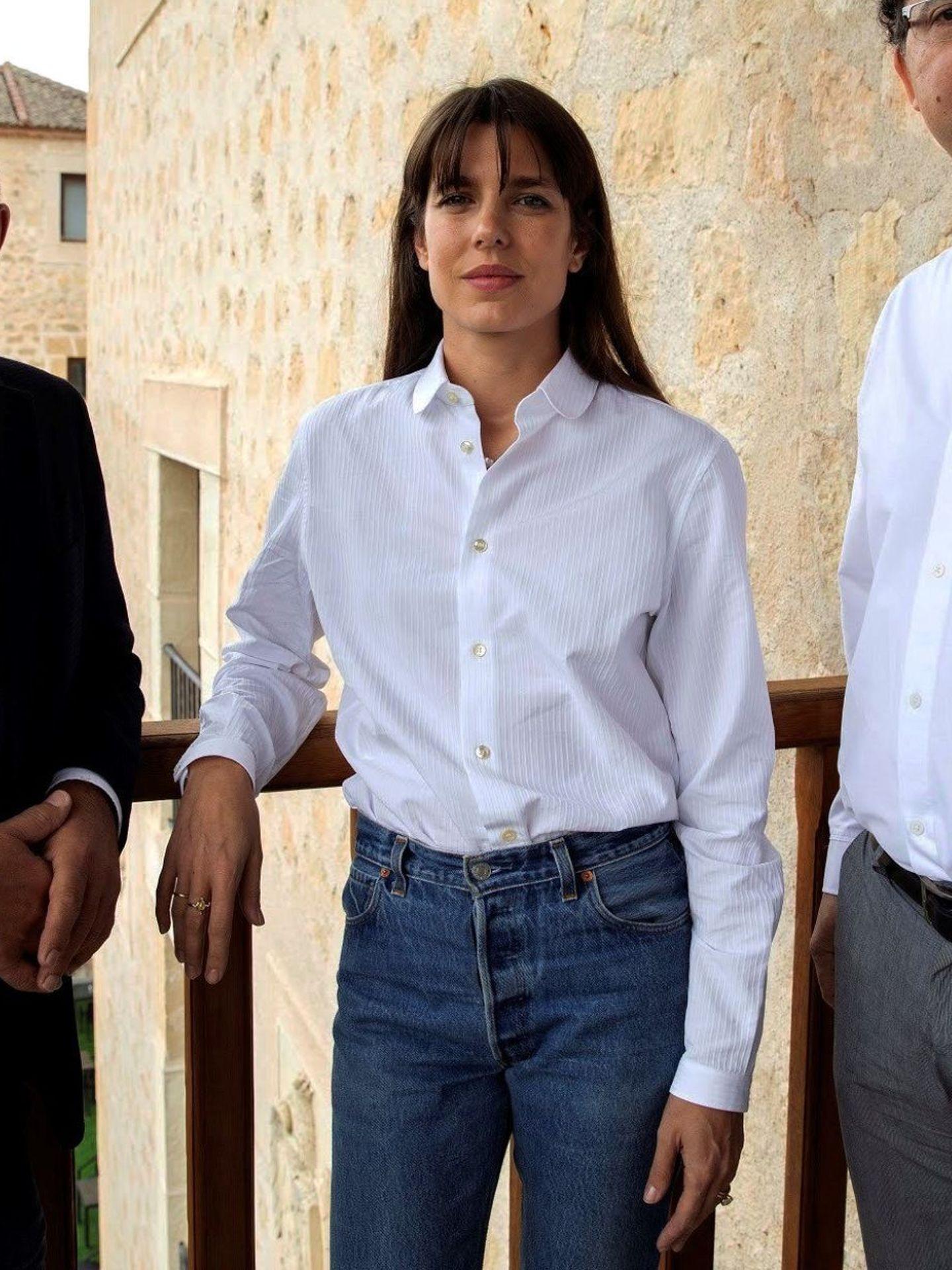 Carlota Casiraghi, con look casual pero elegante con camisa blanca en Segovia. (EFE)