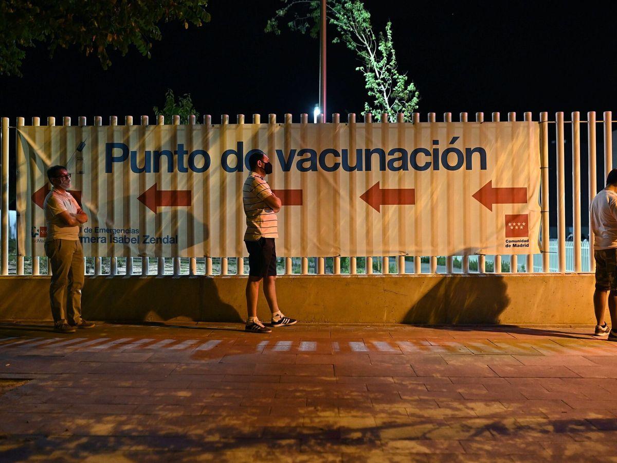 Foto: Vacunación de madrugada en el Zendal. (EFE)