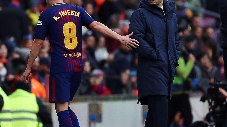 Valverde, con Iniesta, en el Barça-Celta. (EFE)