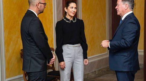 Mary de Dinamarca eleva su look de trabajo con una blusa joya de 500 euros