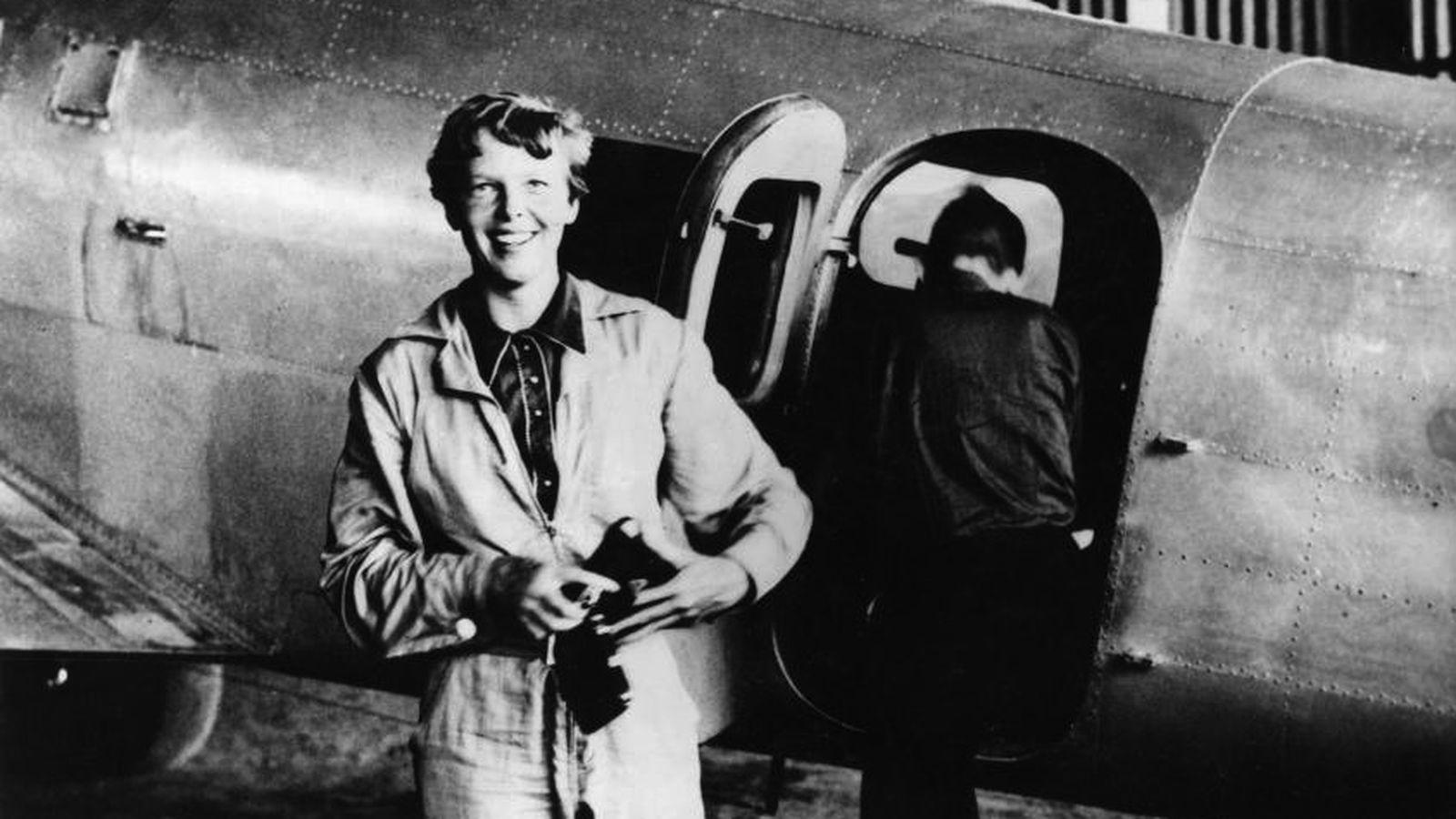 Foto: Amelia Earhart, fotografiada junto a su Lockheed Electra.